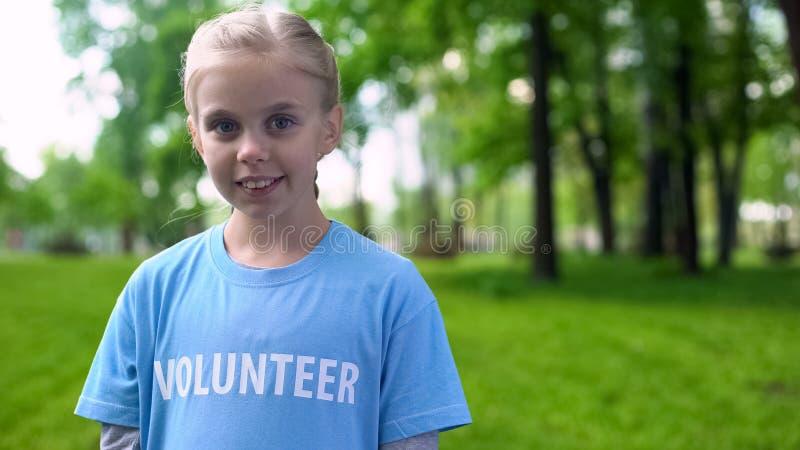 Маленькие женщины-волонтёры улыбаются на камеру, охрана окружающей среды, экосистема стоковые изображения
