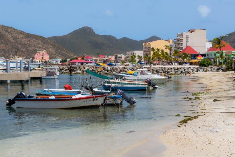 Маленькие лодки вдоль пляжа стоковая фотография rf