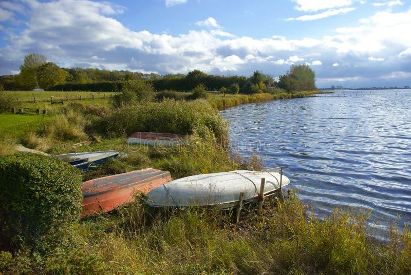 Маленькие лодки озером стоковое фото rf