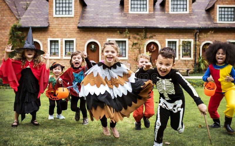 Маленькие ребеята на партии хеллоуина стоковое фото rf