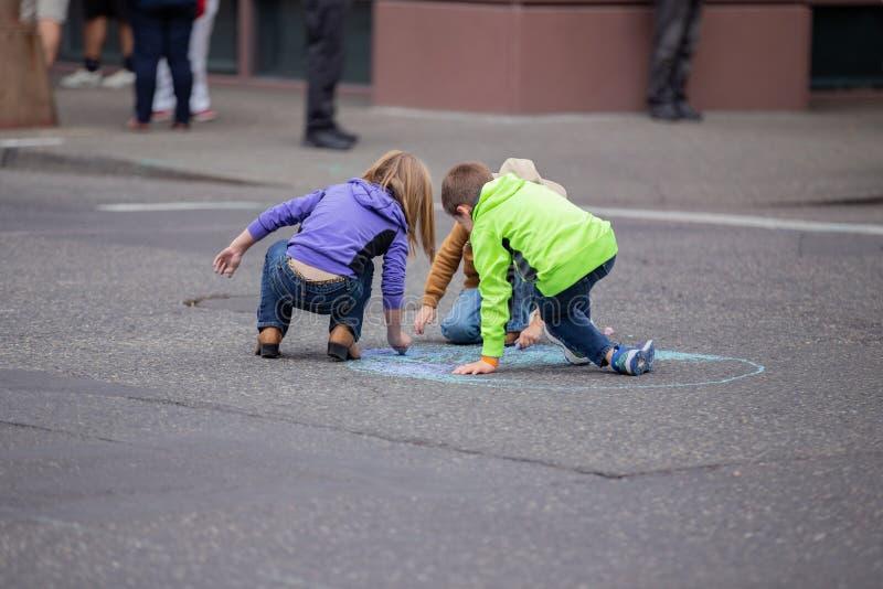 Маленькие ребеята рисуя на улице стоковая фотография rf