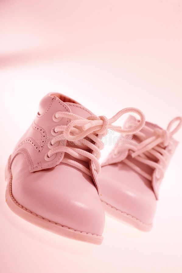 маленькие розовые ботинки стоковые фотографии rf