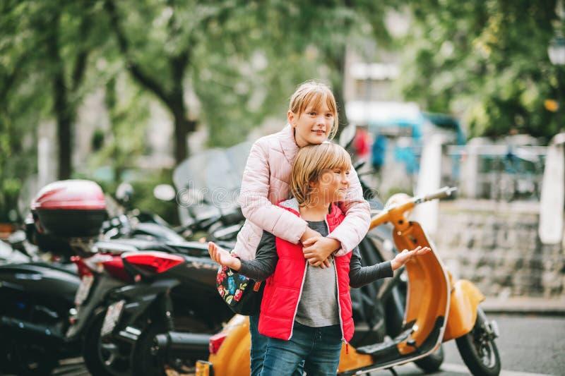 Маленький брат и сестра тратя время совместно стоковые изображения