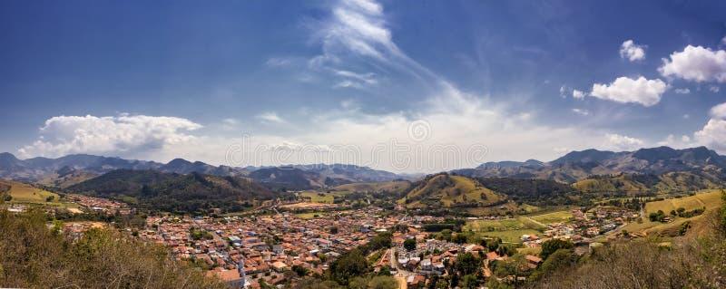 Маленький город между бенто Sao холмов делает Sapucai - Сан-Паулу - Бразилию - фото панорамы стоковое изображение
