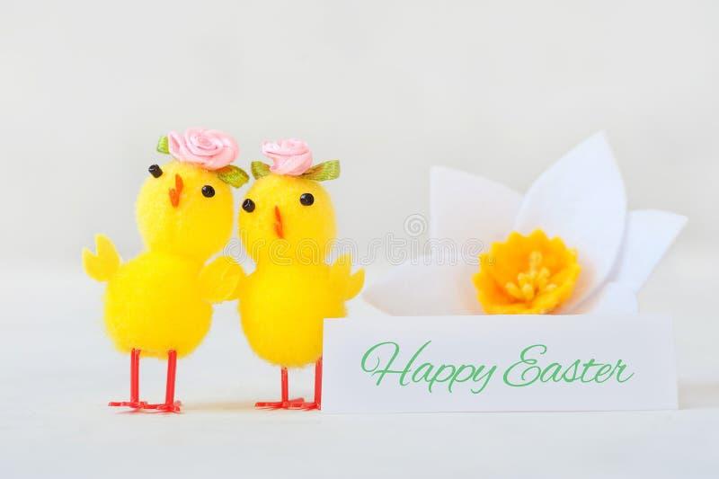 2 маленький желтый цыпленок с поздравительной надписью - счастливая пасха стоковая фотография