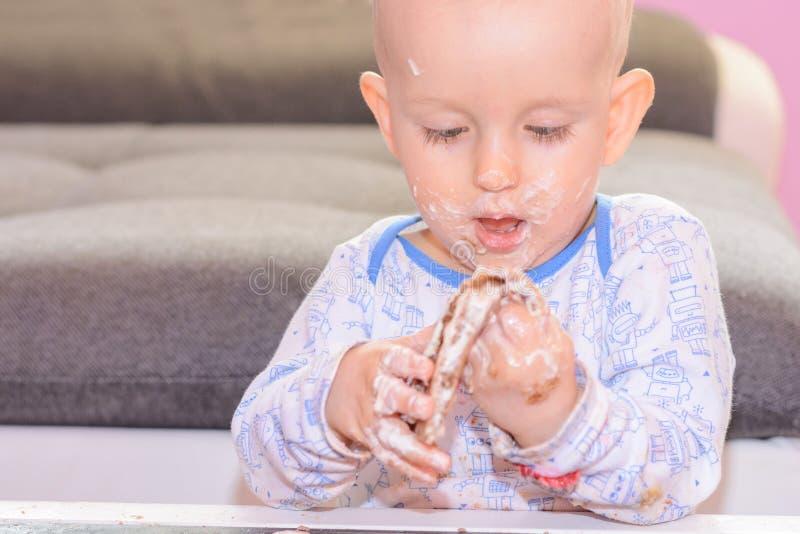 Маленький именниный пирог огромного успеха младенца, с днем рождения стоковое фото rf