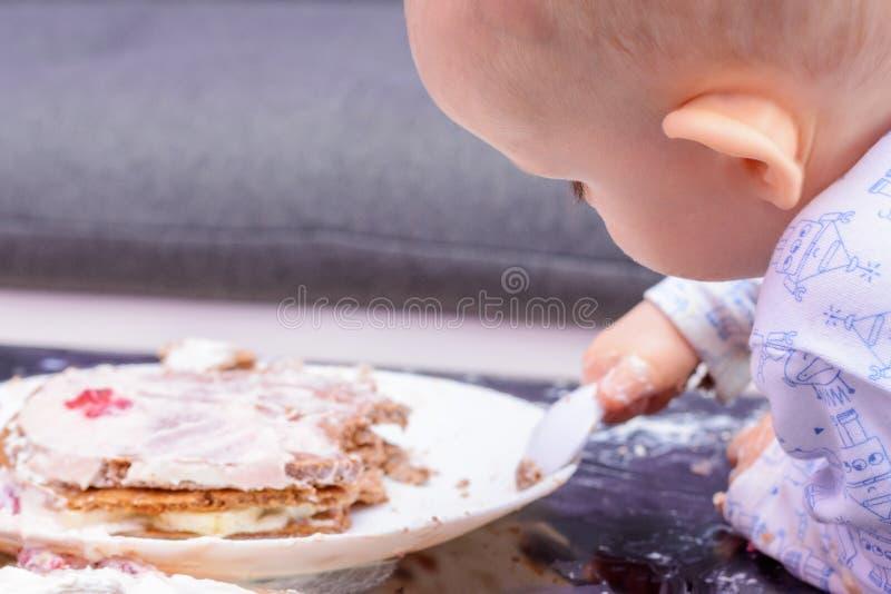 Маленький именниный пирог огромного успеха младенца с ложкой, с днем рождения стоковые фотографии rf