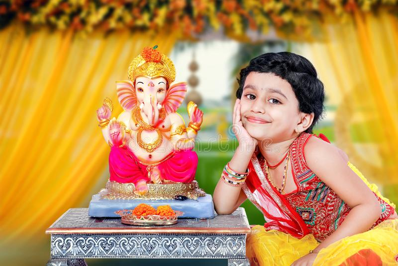 Маленький индийский ребенок девушки с ganesha и молить лорда, индийский фестиваль ganesh стоковое фото rf