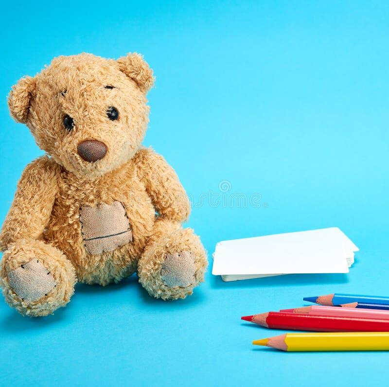 Маленький коричневый плюшевый медвежонок стоковая фотография