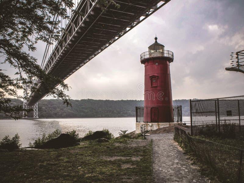 Маленький красный мост маяка и Джордж Washinton стоковое изображение rf
