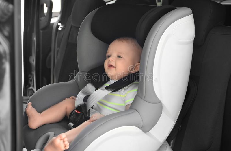 Маленький младенец в месте безопасности ребенка стоковое изображение