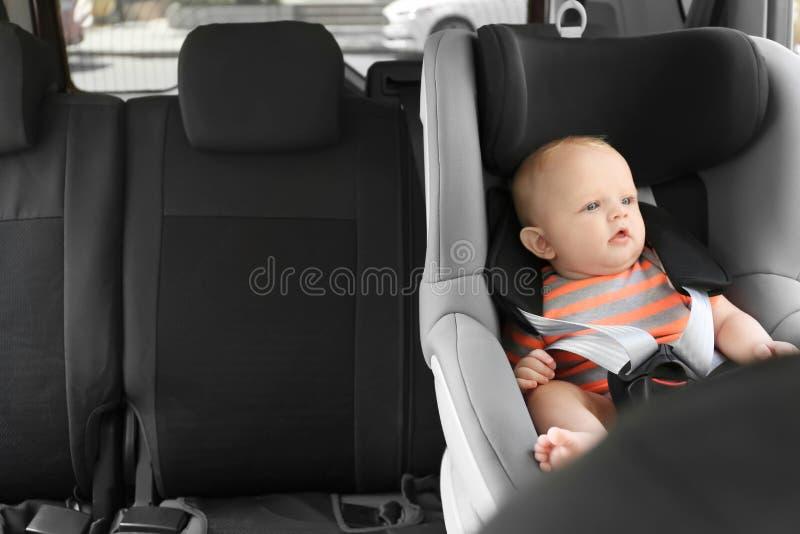 Маленький младенец в месте безопасности ребенка стоковое фото rf