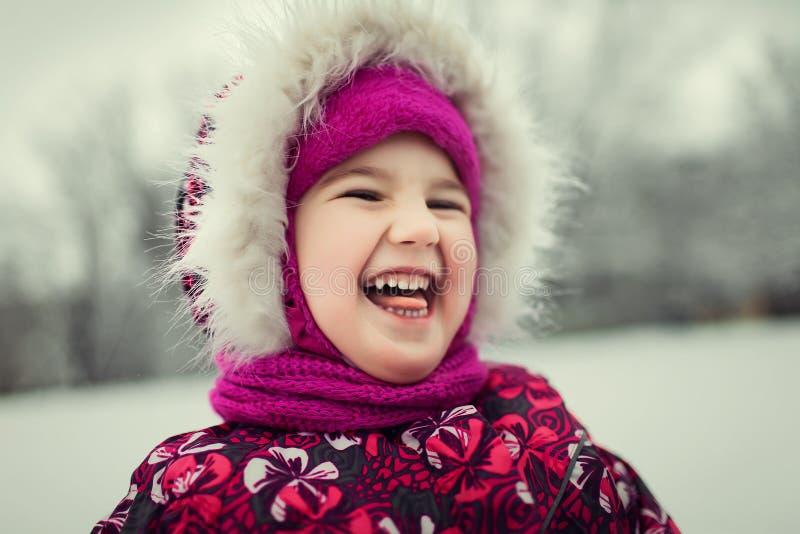Маленький младенец наслаждаясь днем вне в лесе зимы стоковое изображение rf