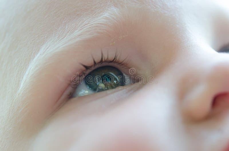 Маленький младенец плачет Разрывы в ее конце-вверх глаз стоковая фотография