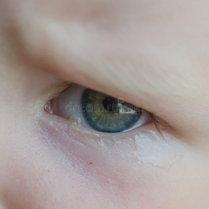Маленький младенец плачет Разрывы в ее конце-вверх глаз стоковое изображение