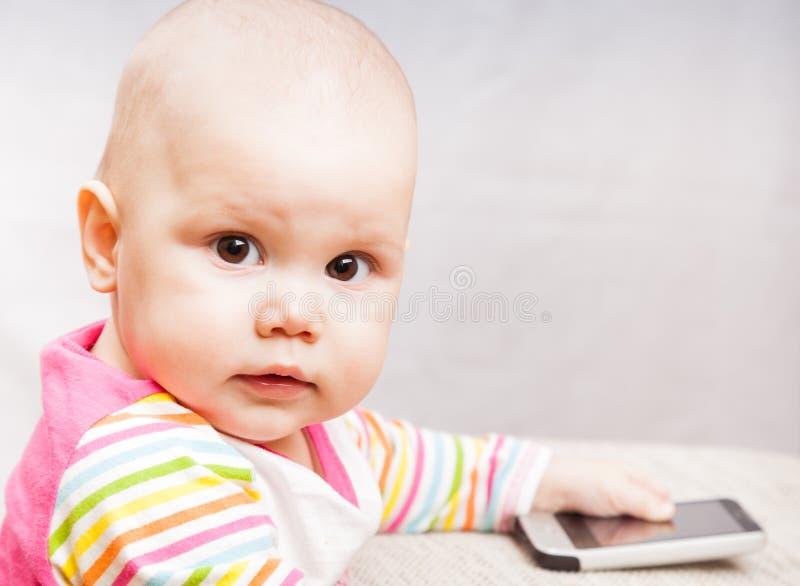 Маленький младенец с мобильным телефоном Стоковое Изображение - изображение насчитывающей : 28985789