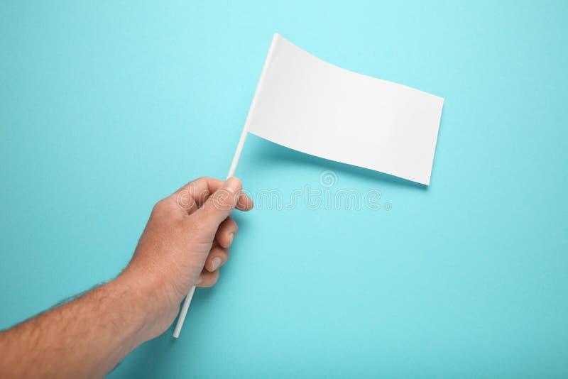 Маленький модель-макет флага парламентера в руке для рекламировать и дизайна Пустое знамя, информация о состоянии рынка стоковые фото