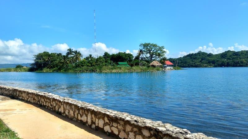 Маленький остров Санта-Барбара на озере Петен Ица, Гватемала стоковая фотография rf