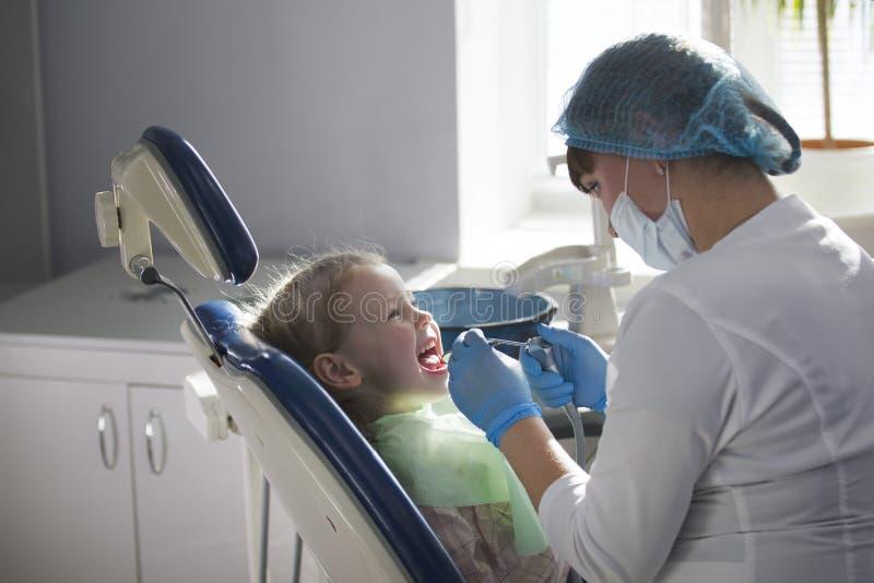 Маленький ребенок в стуле стоматологии - зубоврачевании детей стоковые фото