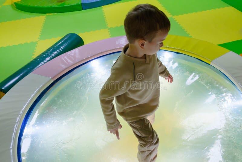 Маленький ребенок скача на батут стоковое изображение