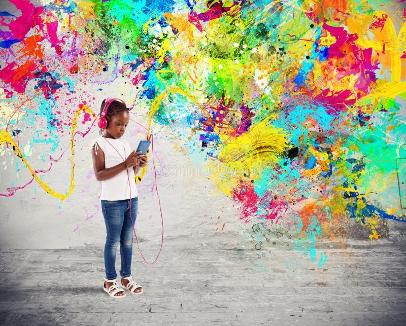 Маленький ребенок слушает музыку с влияниями выплеска стоковые изображения rf