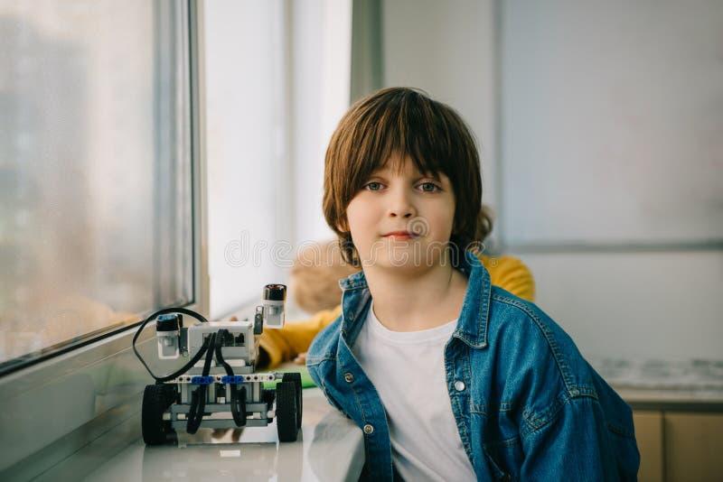 маленький ребенок с diy роботом на стержне стоковые фотографии rf