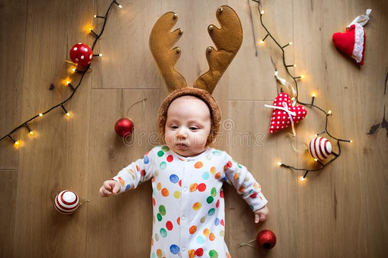 Маленький ребёнок на поле на времени рождества стоковые фотографии rf