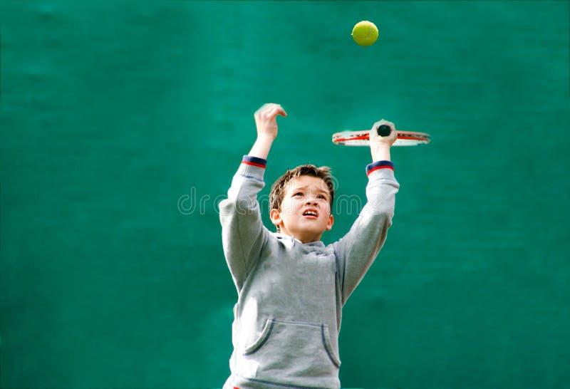 Маленький теннисист на запачканной зеленой предпосылке стоковое фото