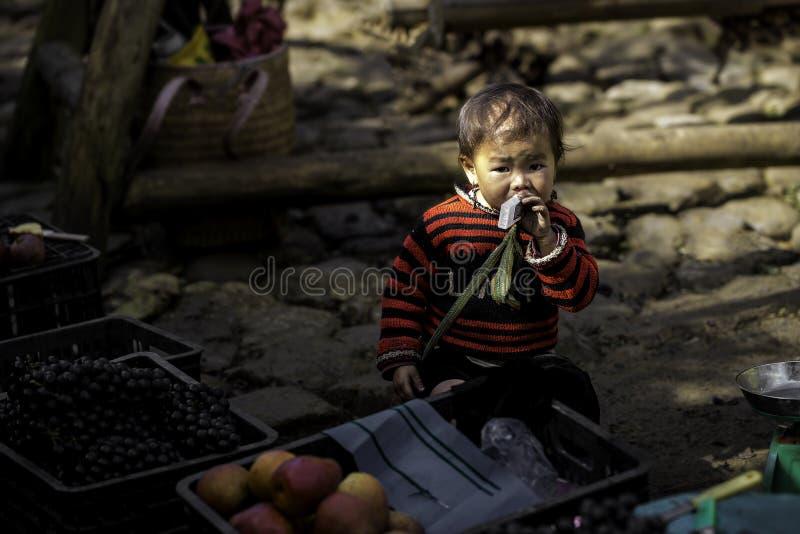 Маленький торговец с бутылкой молока в его руке стоковая фотография rf