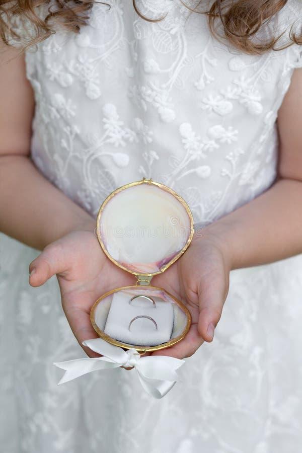 Маленький bridesmaid с обручальными кольцами стоковые фотографии rf