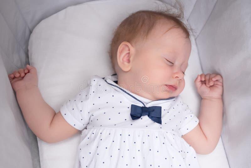 маленький princess новая принесенная младенцем Концепция сна Красивое платье для маленьких дам стоковая фотография rf