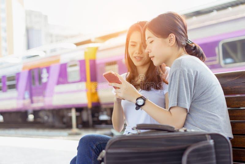 Маленькой девочки азиата путешественник совместно используя передвижной smartphone стоковое фото rf