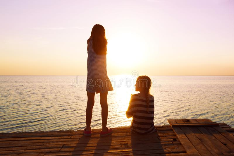 2 маленькой девочки на пристани стоковые фото