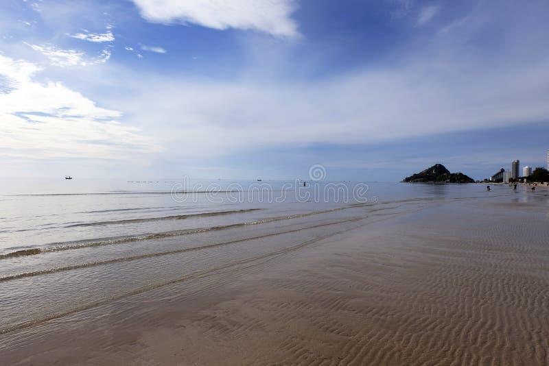 Малое море океана развевает на песчаном пляже с заходом солнца восхода солнца Backgr стоковые изображения rf