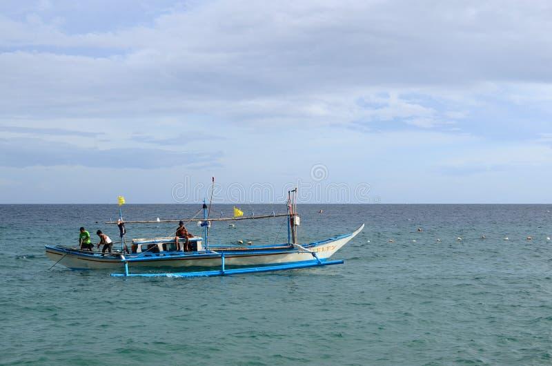 Малое плавание рыбацкой лодки на океане стоковое изображение