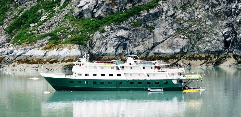 Малое туристическое судно в заливе ледника Аляске стоковое изображение
