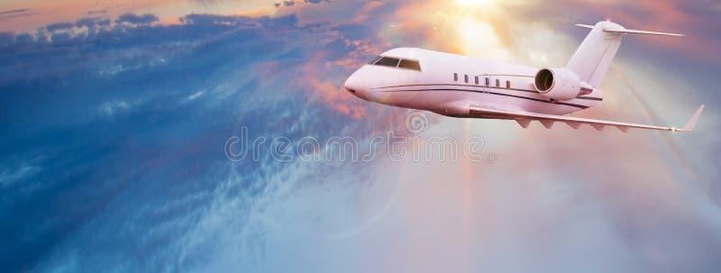 Малое частное летание jetplane над красивыми облаками стоковое изображение rf