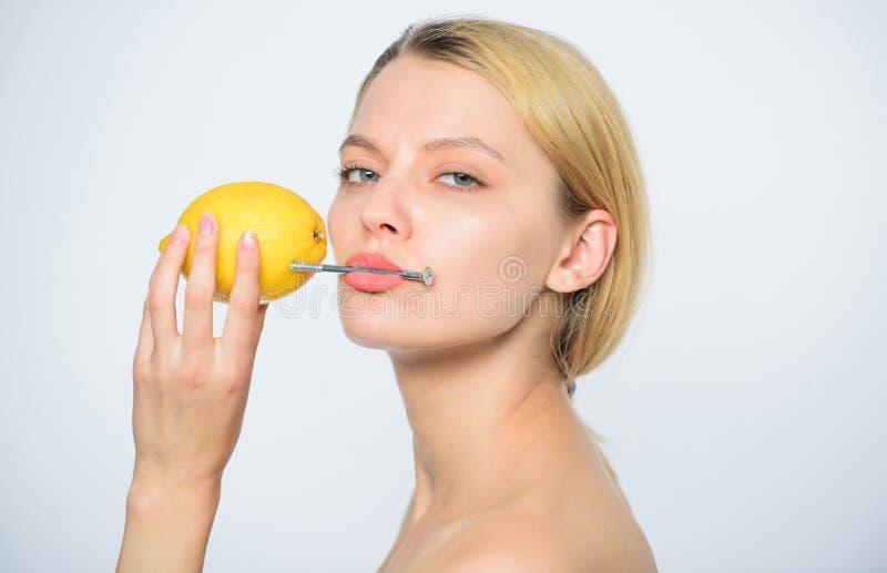 Малозарядный Перезарядите ваши витамины тела сок свежих фруктов батарея лимона женщина с hobnail на лимоне Skincare стоковые фотографии rf
