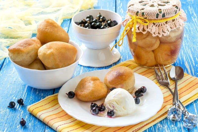 Малые богатые ромовая баба, мороженое и blackcurrant торта губки стоковое фото rf