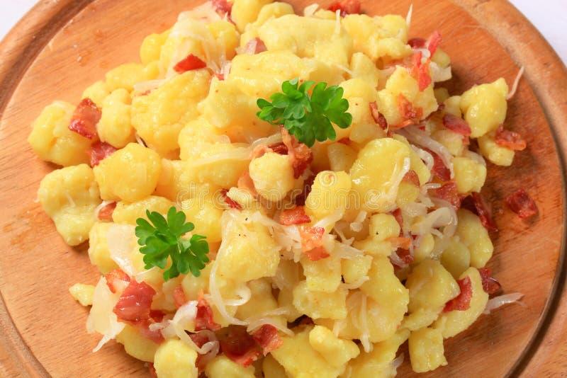 Малые вареники картошки с беконом и капустой стоковое фото rf