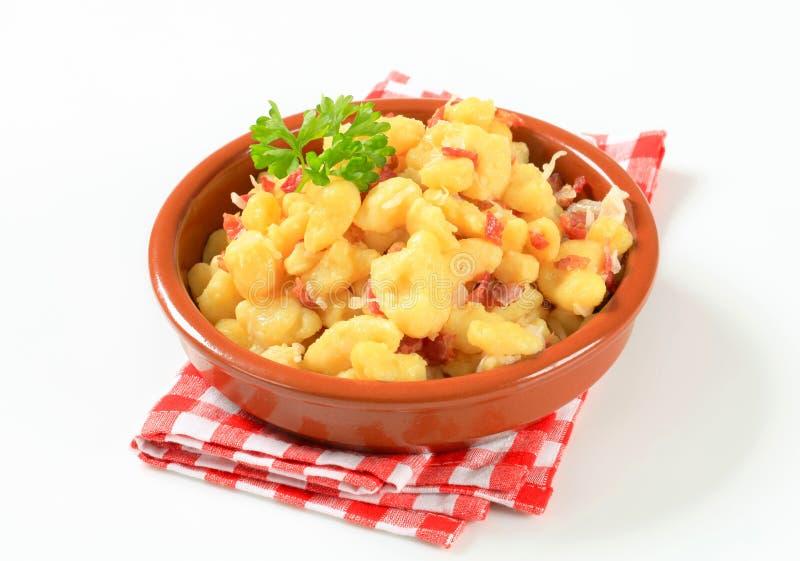 Малые вареники картошки с беконом и капустой стоковые фотографии rf