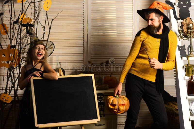 Малые девушка и отец назад к школе на хеллоуине Малые девушка и отец празднуют хеллоуин Добро пожаловать к нашему хеллоуину стоковые изображения