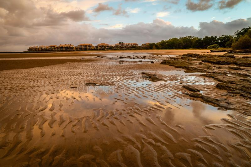 Малые дюны песка на пляже в Urangan, Квинсленде стоковые изображения rf