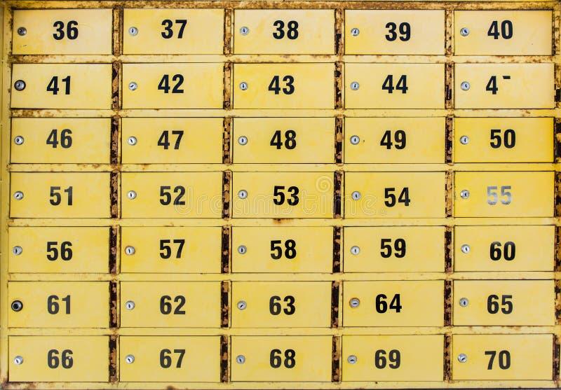 Малые желтые шкафчики коробок po стоковые изображения