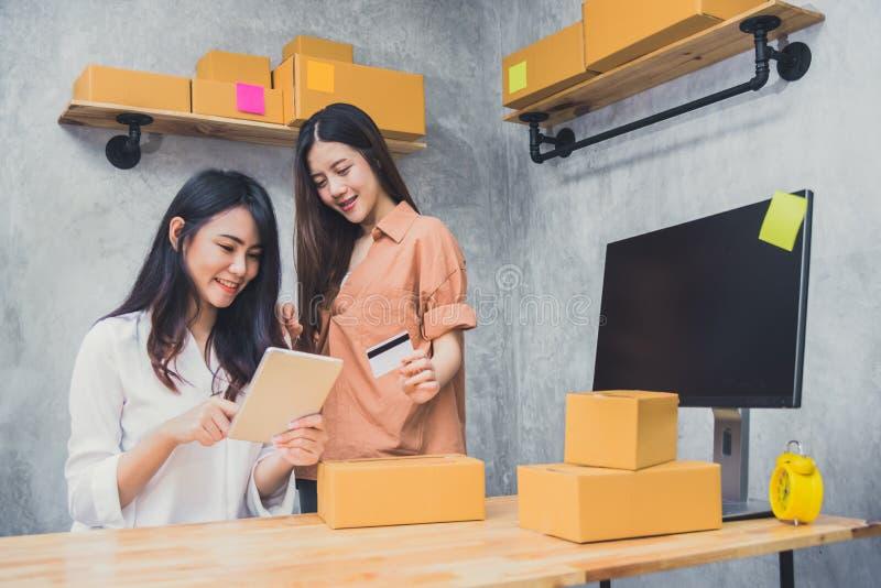 МАЛЫЕ И СРЕДНИЕ ПРЕДПРИЯТИЯ d предпринимателя мелкого бизнеса 2 молодых азиатских людей startup стоковое изображение rf