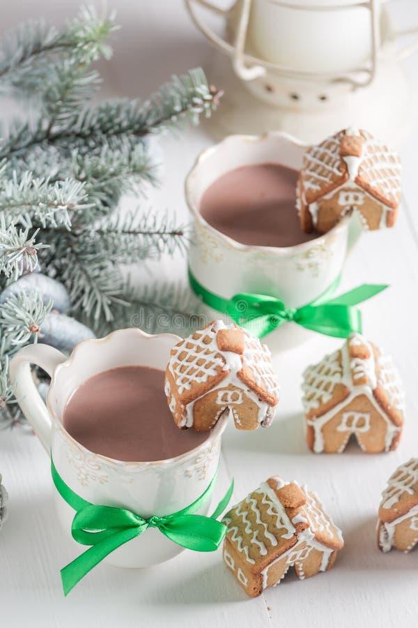 Малые коттеджи пряника с сладостным питьем в вечере зимы рождества стоковое фото