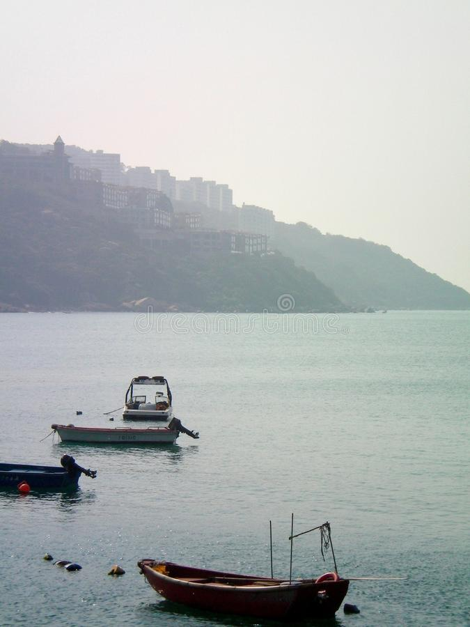 Малые моторные лодки причалили в заливе в Гонконге стоковое фото rf