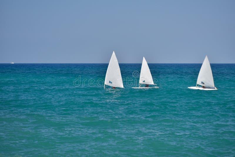 Малые парусники плавая в спокойных водах Адриатического моря, стоковые фотографии rf