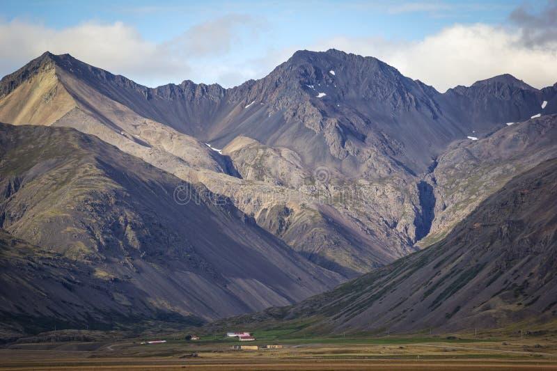 Малые поля и маленькая деревня в области Lon, Исландии стоковая фотография