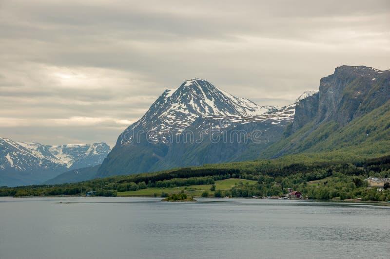 Малые поселения около Lyngseidet, северной Норвегии стоковое изображение